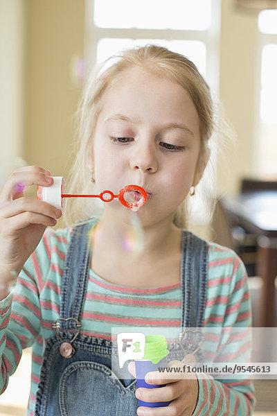Interior zu Hause niedlich süß lieb Blase Blasen Mädchen spielen