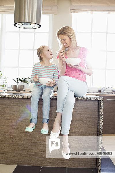 sehen Küche Tochter Mutter - Mensch Frühstück