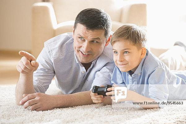 Interior zu Hause Boden Fußboden Fußböden Menschlicher Vater Sohn Spiel Camcorder spielen