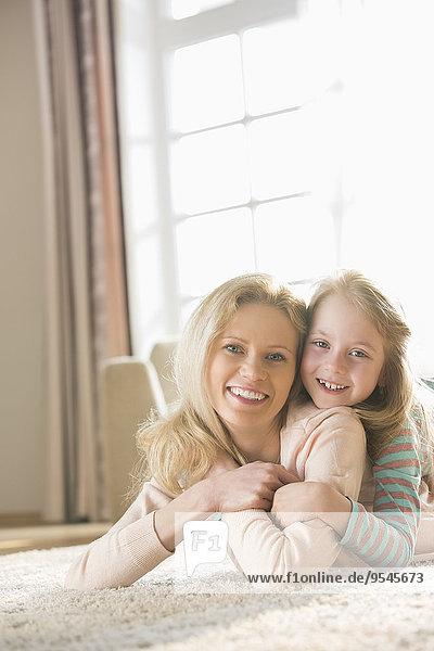 liegend liegen liegt liegendes liegender liegende daliegen Interior zu Hause Portrait Fröhlichkeit Boden Fußboden Fußböden Tochter Mutter - Mensch