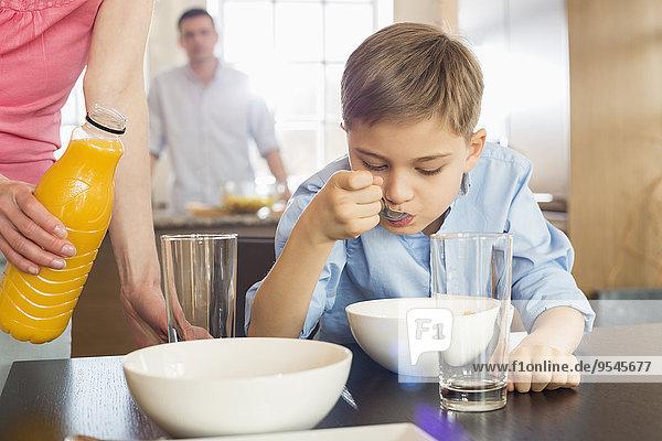 stehend Frau Mann Mittlerer Ausschnitt Sohn Hintergrund Saft Flasche Frühstück