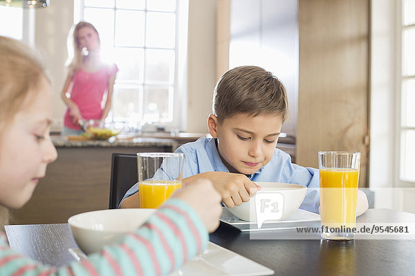 Lebensmittel Vorbereitung Hintergrund Tisch Mutter - Mensch Frühstück Geschwister