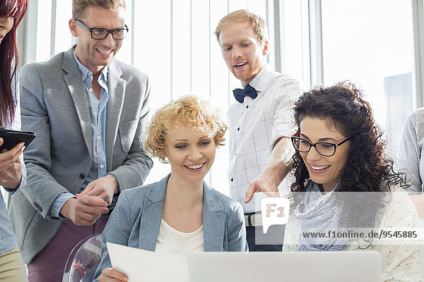 Fröhlichkeit Wirtschaftsperson Notebook Kreativität arbeiten Büro