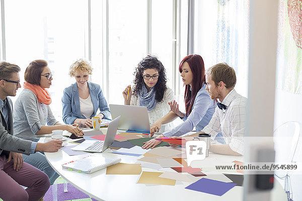 Wirtschaftsperson Geschäftsbesprechung Kreativität Fotografie Analyse Büro Tisch Konferenz