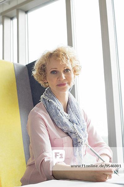 sitzend Portrait Geschäftsfrau Schreibtisch Büro Mittelpunkt Erwachsener