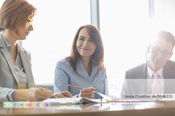 Geschäftsfrau lächeln Zimmer Besuch Treffen trifft Kollege