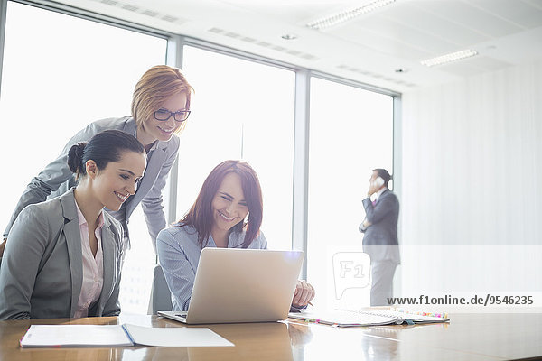 benutzen Geschäftsfrau Notebook Büro