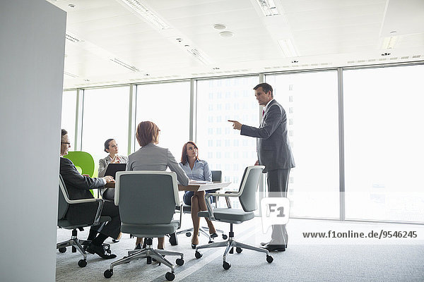 zeigen Geschäftsmann Geschäftsbesprechung geben Zimmer Konferenz