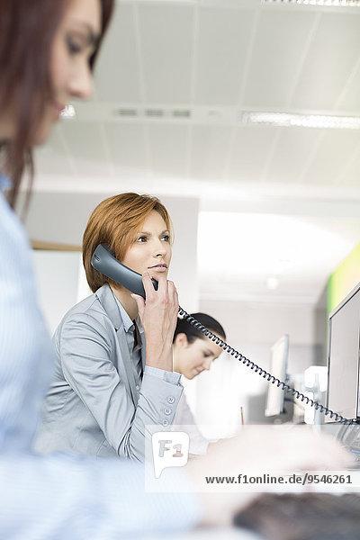 benutzen Geschäftsfrau Telefon Büro jung