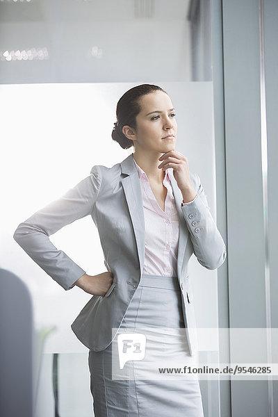 Geschäftsfrau Büro jung Nachdenklichkeit