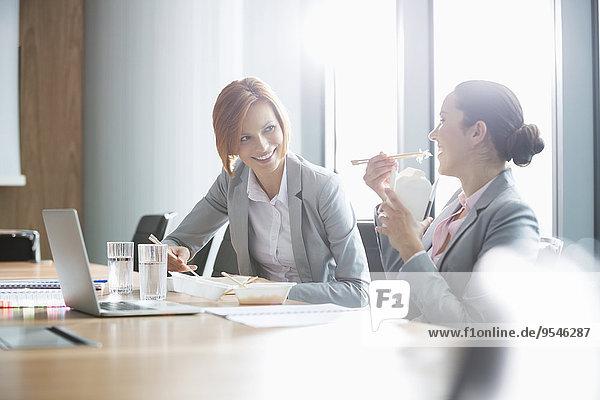Geschäftsfrau lächeln Büro jung Tisch Mittagessen