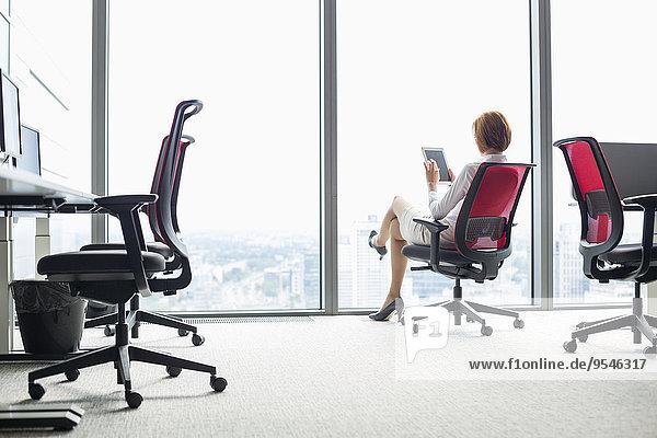 benutzen Computer Geschäftsfrau Stuhl Büro jung Länge Tablet PC voll