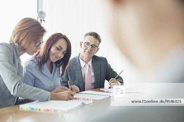 Zusammenhalt Mensch Geschäftsbesprechung Menschen arbeiten Tisch Business Konferenz