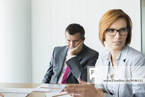 Geschäftsmann Geschäftsbesprechung Langeweile Besuch Treffen trifft Konferenz