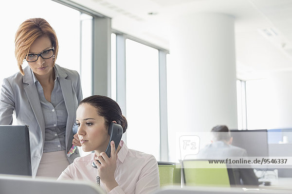 Geschäftsfrau arbeiten Büro jung