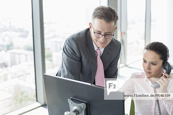 Zusammenhalt Geschäftsfrau Geschäftsmann arbeiten Büro