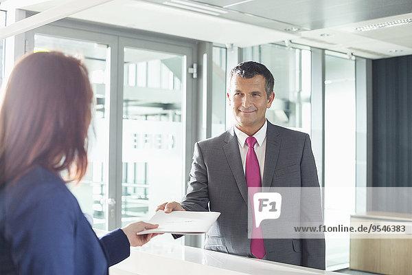 Geschäftsmann empfangen Büro Empfangsdame