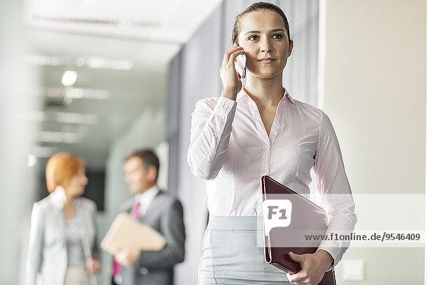 Korridor Korridore Flur Flure Geschäftsfrau Schönheit Hintergrund Büro jung Kollege Gespräch Gespräche Unterhaltung Unterhaltungen