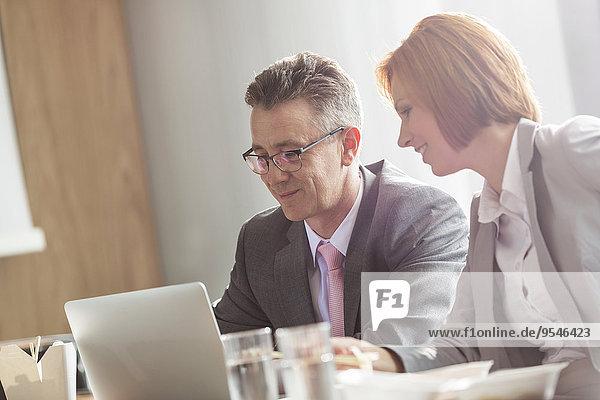 Geschäftsfrau Diskussion Geschäftsmann Büro Mittagessen