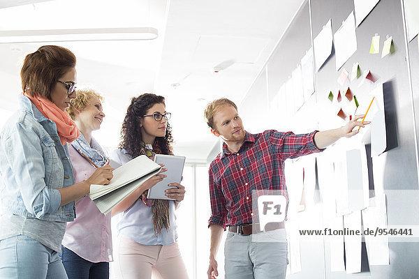 Geschäftsmann Kreativität erklären Büro jung Kollege