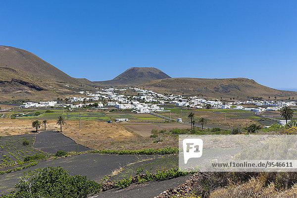 Spanien  Kanarische Inseln  Lanzarote  Maguez  Village Haria und Vulkan Monte Corona im Hintergrund