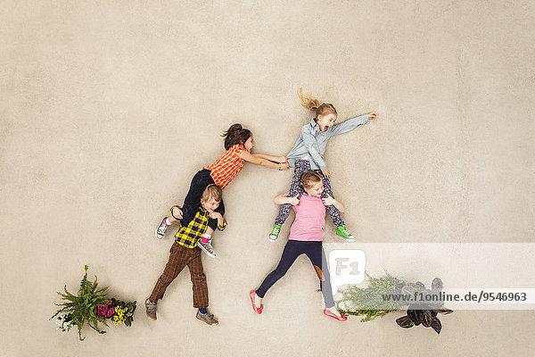 Kinder spielen sorglos im Park
