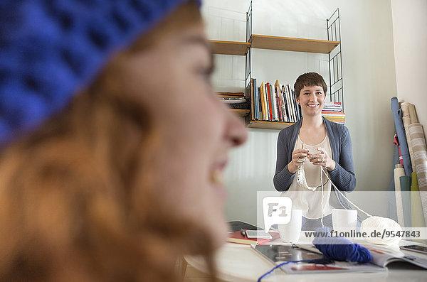 Zwei junge Frauen verbringen gemeinsam ihre Freizeit