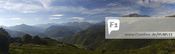 Frankreich  Midi-Pyrenäen  Hautes-Pyrenäen  Blick auf die Pyrenäen  Panorama