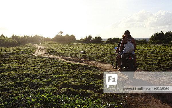 Indonesien  Bali  Nusa Lembongan  zwei Personen  die auf einem Roller fahren