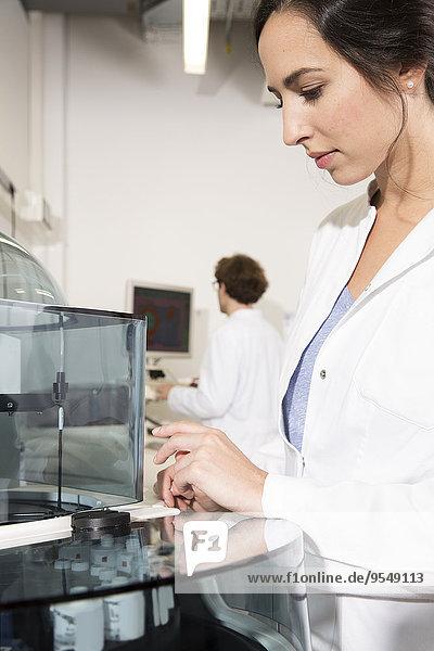 Wissenschaftlerinnen  die im Labor arbeiten  Wissenschaftlerinnen  die an Laborausrüstung arbeiten.