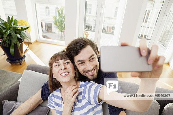 Ein glückliches Paar nimmt Selfie mit nach Hause.