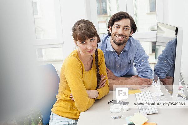Porträt eines lächelnden Paares im Home Office