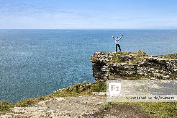 Vereinigtes Königreich  England  Cornwall  Tintagel  Nordküste  Tourist auf Felsen stehend