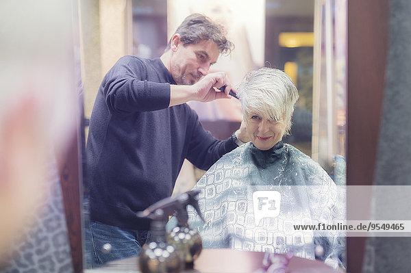 Seniorin mit neuem Haarschnitt