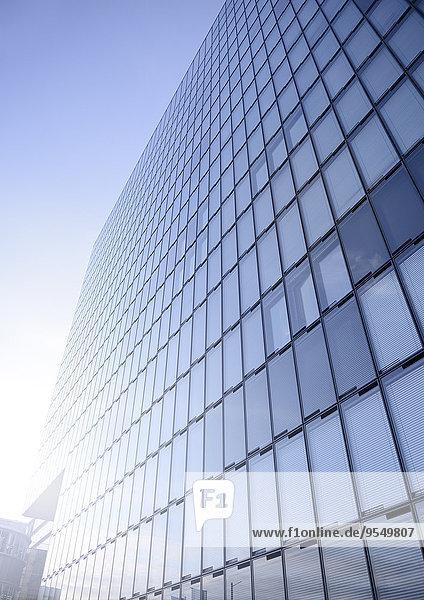 Deutschland  Nordrhein-Westfalen  Düsseldorf  Teil der Glasfassade eines modernen Bürogebäudes
