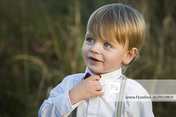 Blonder Junge mit Krawatte und Hemd