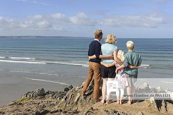 Frankreich  Bretagne  Finistere  Familie mit zwei Kindern mit Blick auf den Atlantik