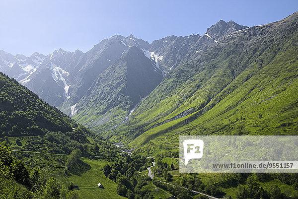 Frankreich  Zentralpyrenäen  Hautes-Pyrenäen  Blick auf Bergstraße
