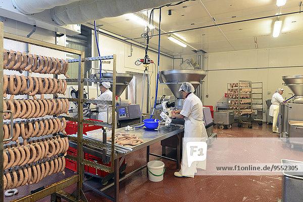 Frauen bei der Wurstproduktion in einer Metzgerei