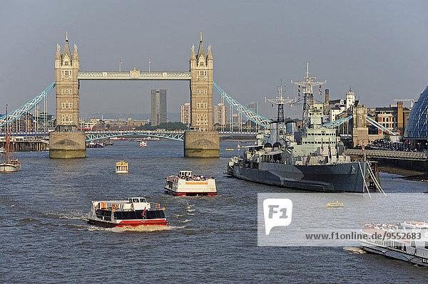 UK  London  Tower Bridge und Schiffe auf der Themse