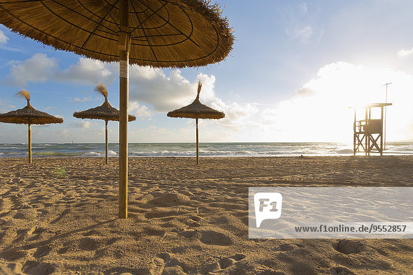 Spanien  Balearen  Mallorca  Blick auf leeren Strand mit Sonnenschirmen und Wachturm