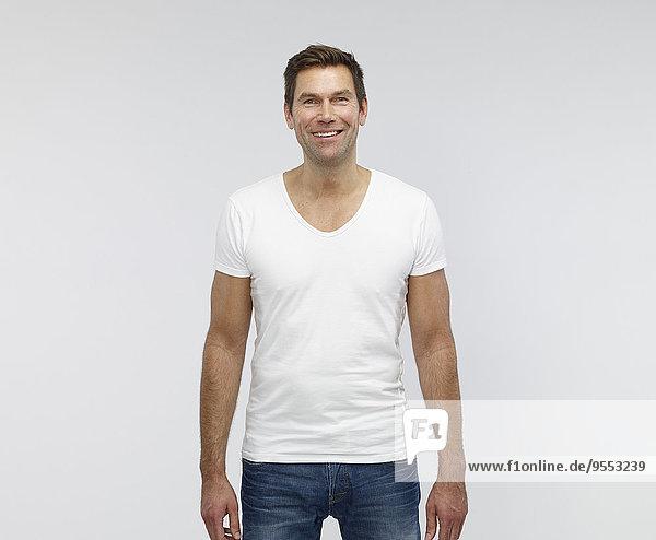 Porträt eines lächelnden reifen Mannes vor weißem Hintergrund