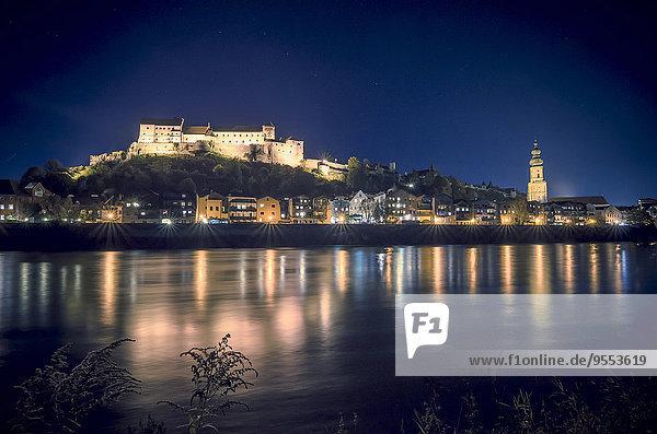 Deutschland  Bayern  Burghausen  Blick auf die Altstadt mit Schlossanlage an der Salzach bei Nacht