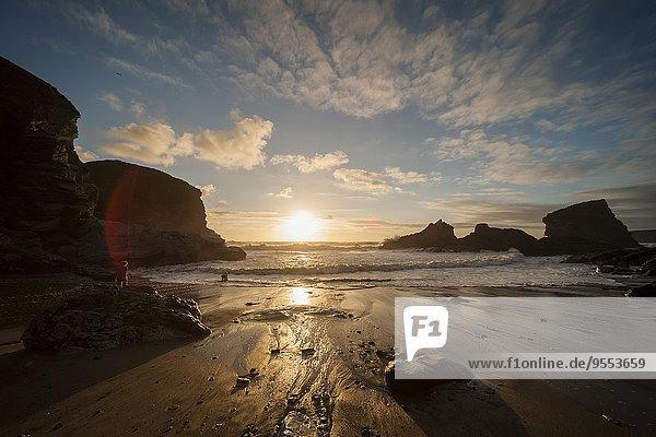 UK  England  Cornwall  Bedruthan Steps  Junge am Meer