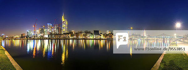 Deutschland  Hessen  Frankfurt  Blick auf den Main bei Nacht im Vordergrund