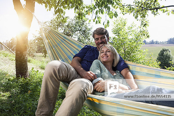 Entspanntes reifes Paar in der Hängematte