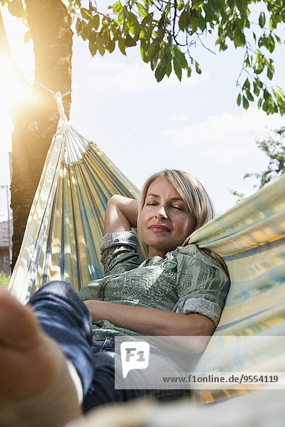 Entspannte reife Frau in der Hängematte