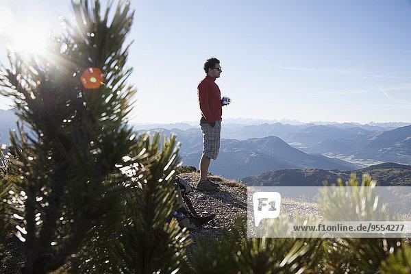 Österreich  Tirol  Unterberghorn  Wanderer bei Sonnenaufgang