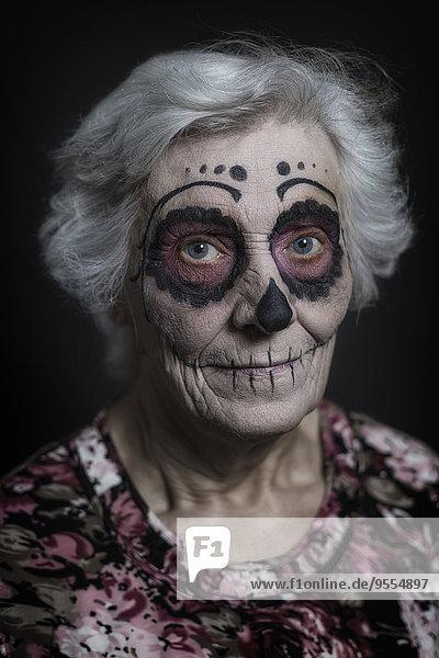 Porträt einer älteren Frau mit Zucker-Schädel-Make-up