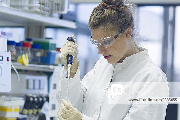 Biologe im Labor mit Pipette
